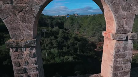 taş işçiliği : Flying drone through the arch of the Roman aqueduct. Stok Video