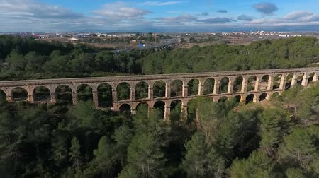 渓谷 : Aerial view of the Roman aqueduct. Tarragona, Spain. 動画素材