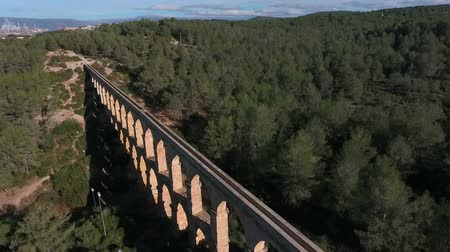 taş işçiliği : Aerial view of the Roman aqueduct. Tarragona, Spain. Stok Video