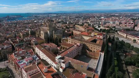katalán : Aerial view of the historic district and Tarragona Cathedral.