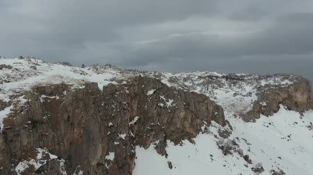 плато : Aerial view of the stone snow-covered plateau.