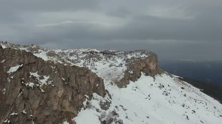 skalní útes : Aerial view of the snow-covered rocks.