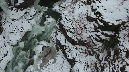 сосулька : Descent to the ground of the gorge with a river and a frozen waterfall.
