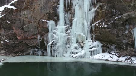 ijspegel : Frozen waterfall on the rocks. Winter landscape at the bottom of the gorge.