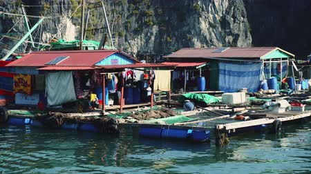 scénický : Floating Fishing Village In The Ha Long Bay. Cat Ba Island, Vietnam.