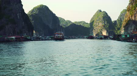 táj : Floating Fishing Village In The Ha Long Bay. Cat Ba Island, Vietnam.