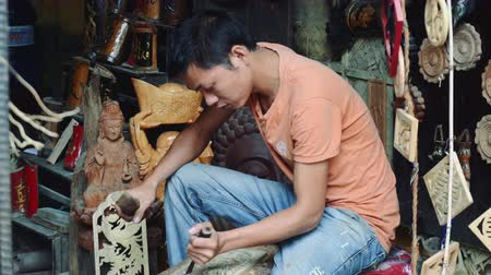 el sanatları : Wood carving made by a guy in Hoi An Vietnam