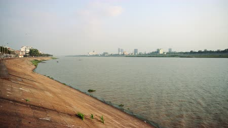 cambojano : Mekong River runs right at the middle of Phnom Penh city. Vídeos