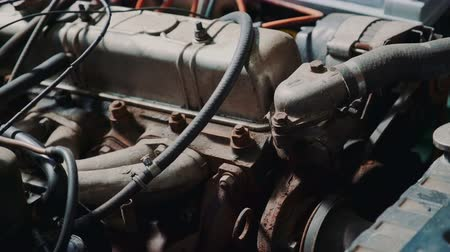 отсек : Close-up of car engine compartment. Old rusty transport