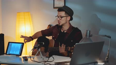 připomínka : Guitarist is dissatisfied with his friend playing the instrument and showing his mistake in musical notes. Rock band recording their new song in home studio.