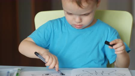 Little boy drawing with felt pens. Wideo
