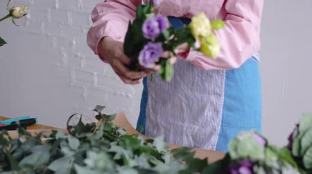 хрупкость : View of florist arranging different flowers