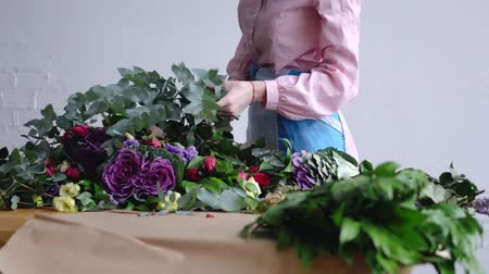 углы : A florist composes a large eucalyptus branch for a bouquet Стоковые видеозаписи