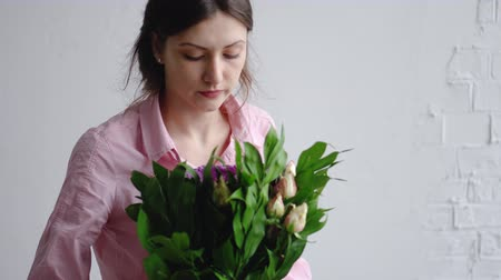 szegfű : Florist girl check bouquet of different flowers