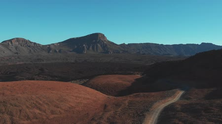 área de deserto : Aerial view of the hiking track in the national park of Teide, desert in mountains
