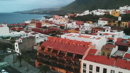 приехать : Aerial view at sunset - the orange roofs of Spanish houses in the small town of Garachico, off the coast of the Atlantic Ocean. Tourist place, where they come for the national color