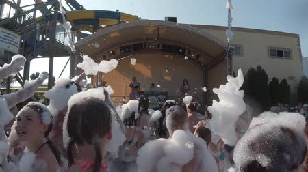 şampuan : Anapa, Russia - August 17, 2019: people dancing in the foam at the foam party Stok Video