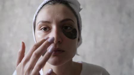 folt : Cosmetic skin care. The girl reuses eye patches for the skin around the lips, to smooth wrinkles Stock mozgókép