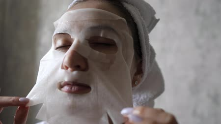 procedimento : Cleansing and moisturizing female skin with a facial mask. Natural cosmetics with bio components Stock Footage
