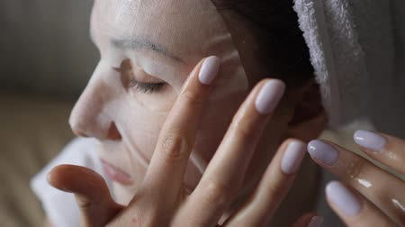 procedimento : Natural skin care. Healthy face hygiene. A cleansing process using a womans white skin mask