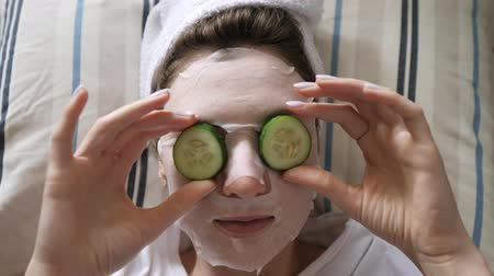 procedimento : Cucumbers on female eyes. Moisturizing anti-aging and facial wrinkle treatment