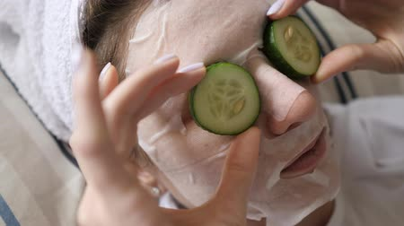 procedimento : Skin care around female eyes with green cucumbers. Moisturizing anti-aging treatment Stock Footage