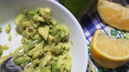 daldırma : Stop motion of the traditional guacamole sauce from raw avocado. Vegan snack recipe, static shot, top view
