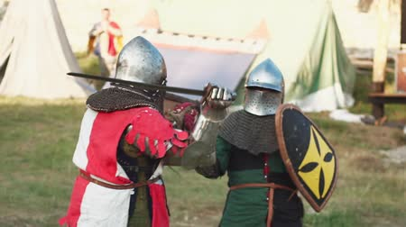 reencenação : Battle between two medieval knights. Slowmotion Stock Footage