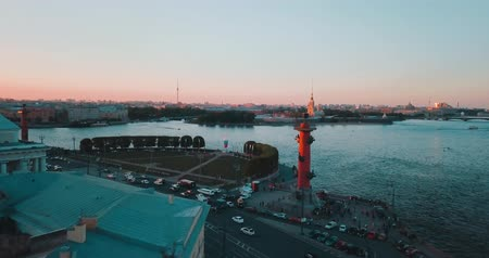 Aerial view of sunset over Neva river and Rostral columns in Saint Petersburg, Russia. Vasilievskiy island city from above, cinematic drone video, historical buildings of nothern capital Стоковые видеозаписи
