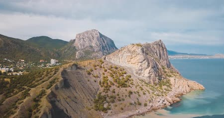 крайняя местности : Mountains Peaks and sea. Epic on the edge of the mountain valley with rocks and sun flare. 4k drone flight. Aerial establisher. horizontal view. Europe green nature. Film vintage colors. Стоковые видеозаписи