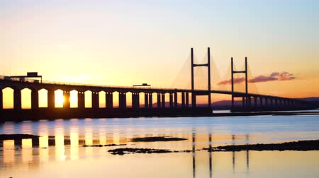 Brug bij Zonsondergang, met Reflectie in Zee (Severn Bridge, Engeland  Wales) 2 Stockvideo