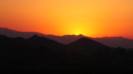Golden Sunset Over Scenic Mountain Landscape Silhouette, Dusk in the Desert 2 Wideo