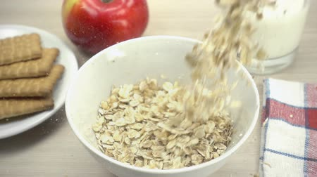 yulaf ezmesi : Oat flakes falling into white bowl in slow motion. Stok Video