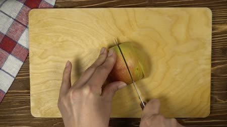 baking dishes : Cutting the apple.