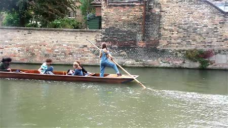 apostador : Young punter punts the punt with her passengers on River Cam in Cambridge,UK.