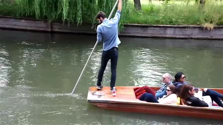 vyhlídkové : Punter punts the punt with her passengers on River Cam in Cambridge,UK.