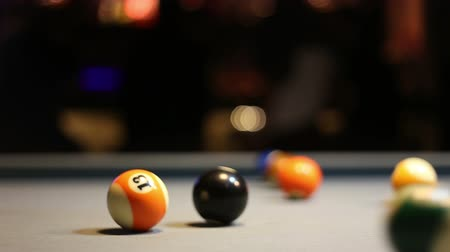 poolbiljart : Spelen Acht-ball pool biljart in een bar Stockvideo