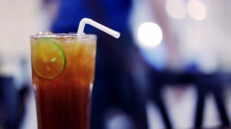 herbata : Soft focused Iced tea with lime slice and restaurant background Wideo