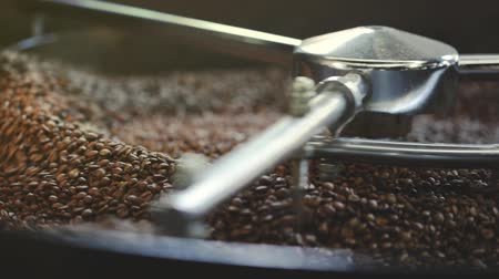 kávové zrno : roasted coffee beans in the machine