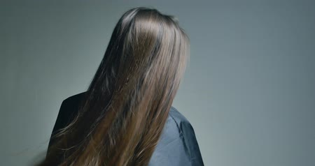sırt : Back view of brunette woman playing with her hair over clear background