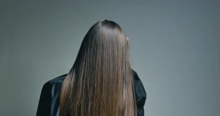 hajápoló : Back view of brunette woman playing with her hair over clear background