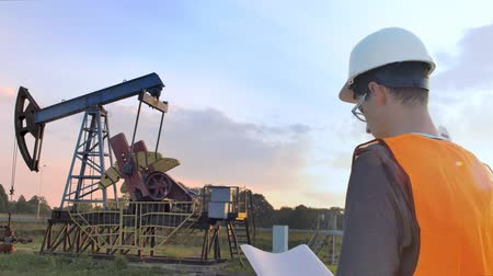 mecânica : The Worker Examines Oil Pump