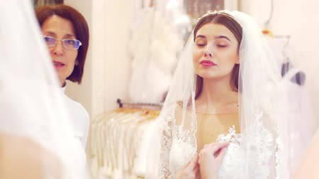 покупатель : Saleswoman helping in the wedding salon Стоковые видеозаписи