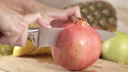 kivi : The cook cuts the fruit of pomegranate Stok Video