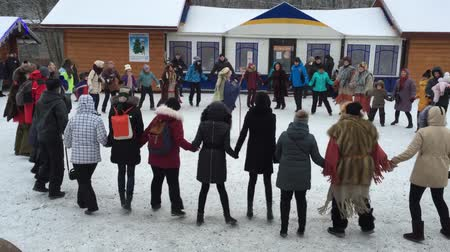 mais : Round dance. People lead a round dance. They are fun and warm.
