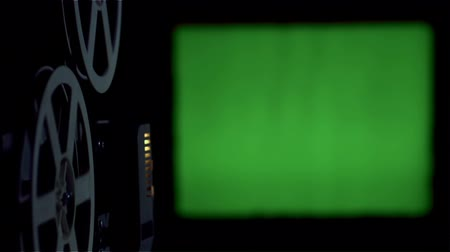 filme : Old cinema projector displays green screen. Stock Footage