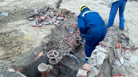 védősisak : Construction Worker with drill for concrete , Video clip