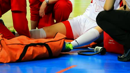 баскетбол : Doctors repaired leg injury of womens basketball player of the match, Physical injury in basketball game, Video clip