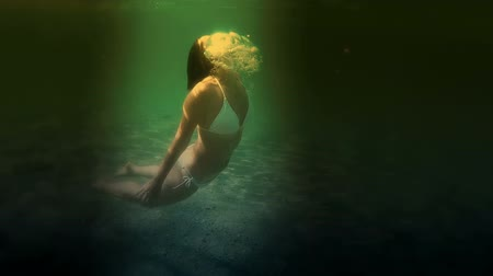 mergulhador : Young woman dives in the sea at night, Video clip Vídeos