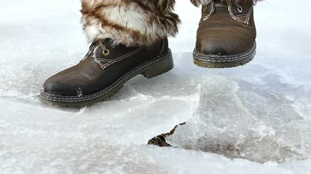 ботинок : Shooting ice under feet in slow motion, Slow motion video clip Стоковые видеозаписи